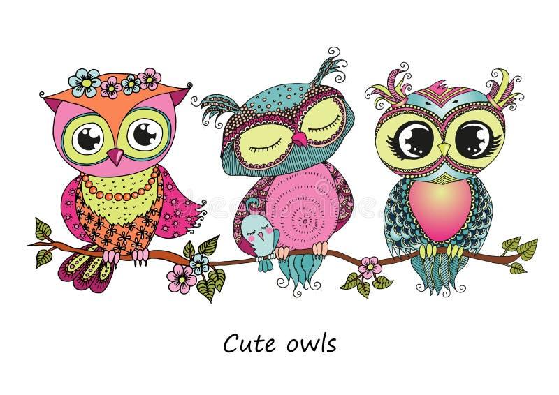Drie leuke kleurrijke uilen die op boomtak zitten royalty-vrije illustratie