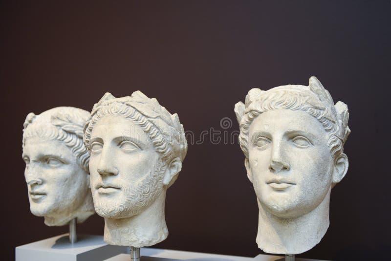 Drie Mannelijke Hoofdenbeeldhouwwerken In Klassieke Griekse Stijl Royalty-vrije Stock Afbeelding