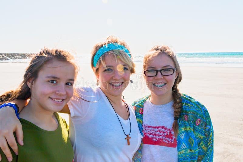 Drie Meisjes bij het Strand stock afbeeldingen