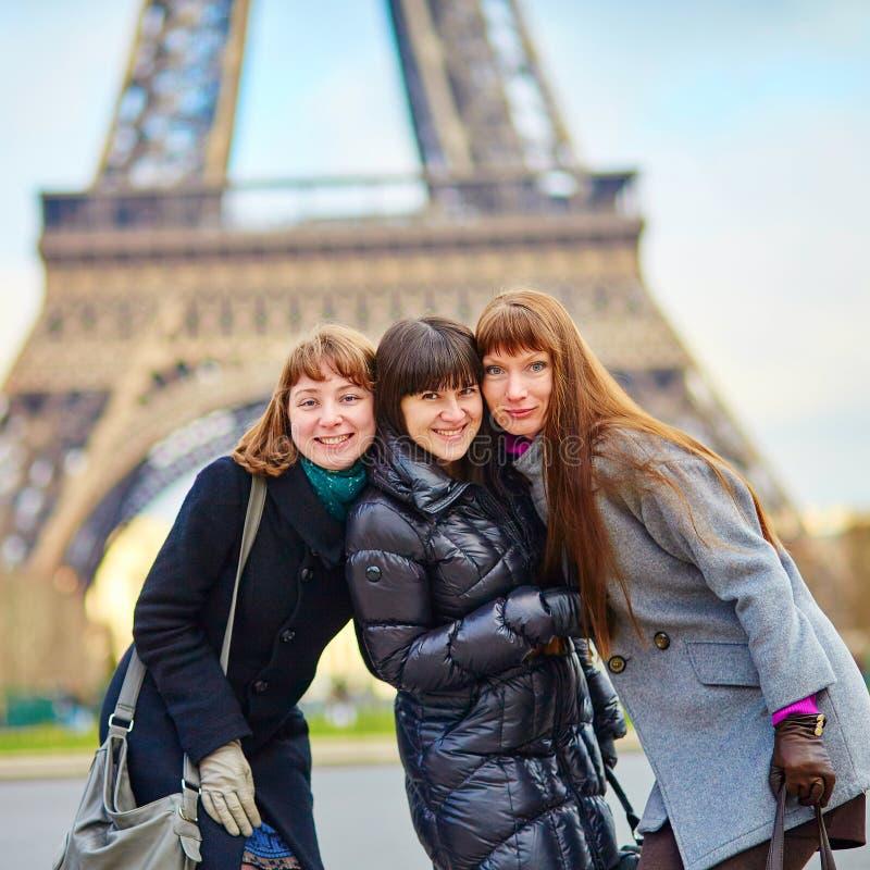 Drie meisjes dichtbij de toren van Eiffel royalty-vrije stock afbeelding