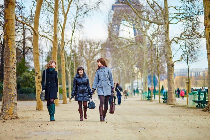 Drie meisjes dichtbij de toren van Eiffel stock afbeelding