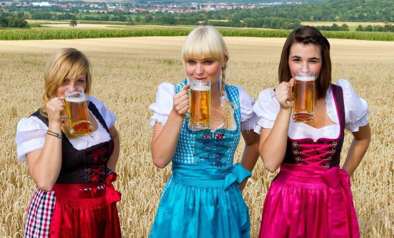 Drie meisjes die bier drinken stock afbeeldingen
