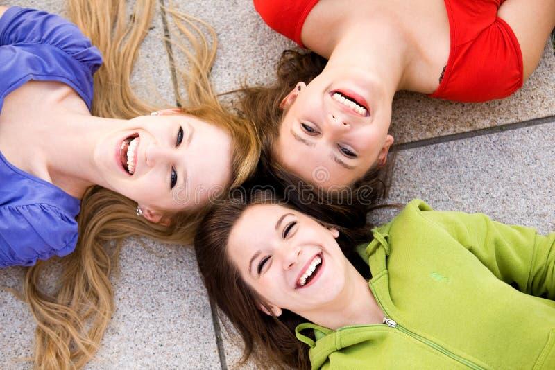 Drie meisjes die in cirkel liggen stock foto