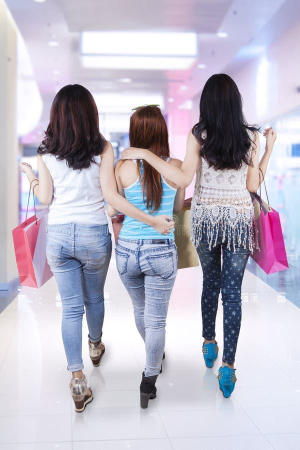 Drie meisjes die in de wandelgalerij lopen royalty-vrije stock foto