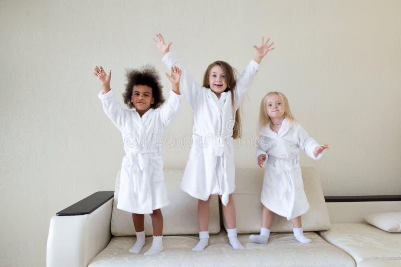 Drie meisjes die op de laag dansen royalty-vrije stock afbeeldingen