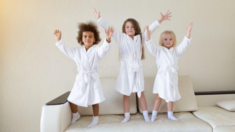 Drie meisjes die op de laag dansen royalty-vrije stock fotografie
