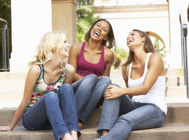Drie Meisjes die op Stappen van de Bouw zitten royalty-vrije stock foto