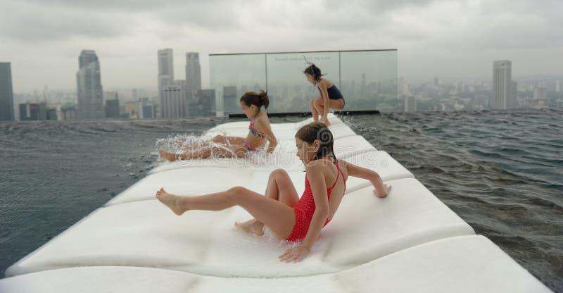 Drie meisjes die pret hebben bij het zwembad royalty-vrije stock foto's