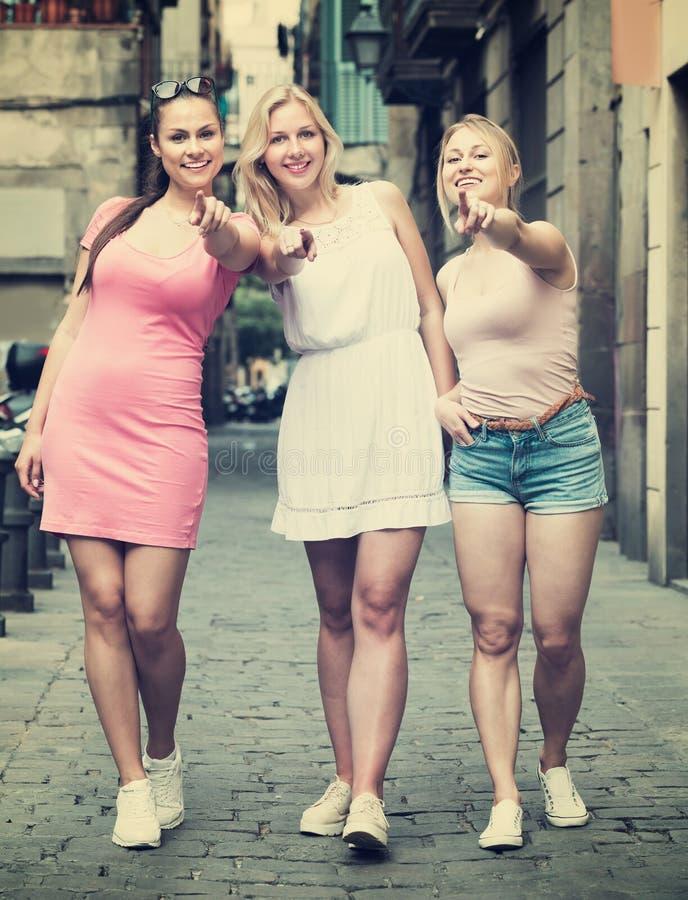 Drie meisjes die in stad lopen royalty-vrije stock afbeeldingen