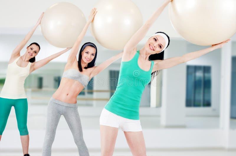 Drie meisjes in geschiktheidsclub royalty-vrije stock fotografie