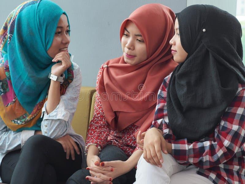 Drie meisjes het babbelen stock afbeeldingen