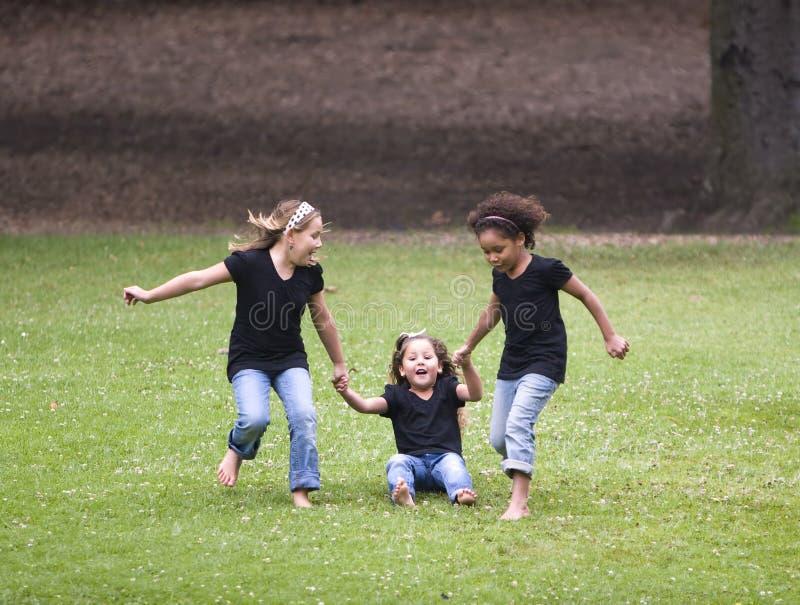 Drie meisjes het spelen royalty-vrije stock afbeelding