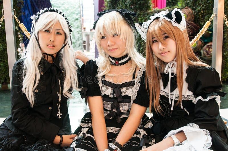 Drie meisjes kleedden zich als meisje tijdens een cosplay festival voor Siam Pagagon, Bangkok stock fotografie