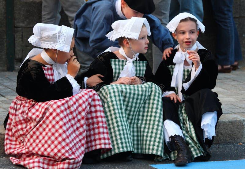 Drie meisjes in middeleeuwse Bretonse kostuums royalty-vrije stock foto's