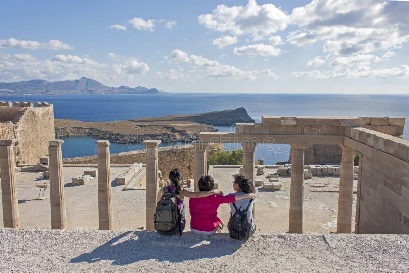 Drie meisjes op de akropolis van Lindos royalty-vrije stock foto's