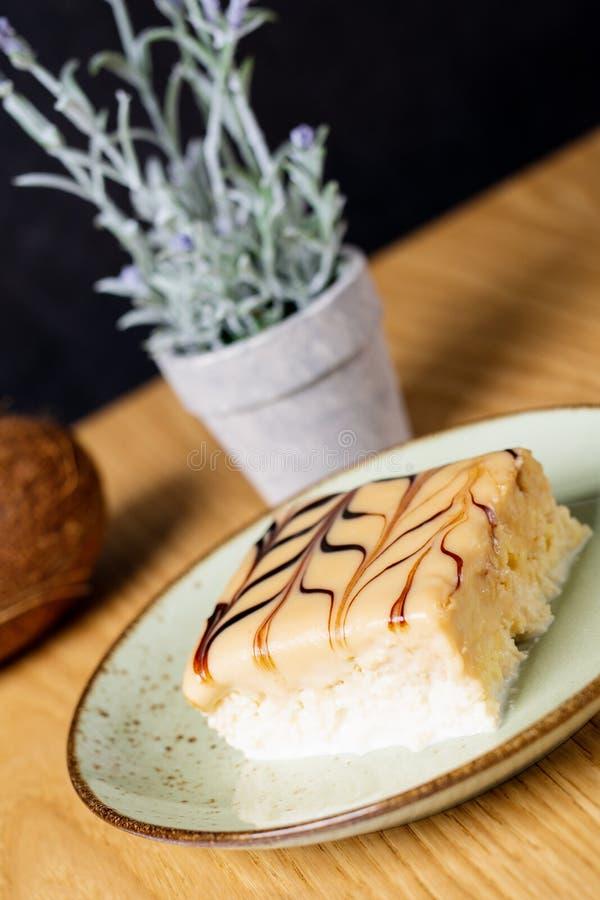 Drie melkcake, tres leches cake met kokosnoot royalty-vrije stock foto