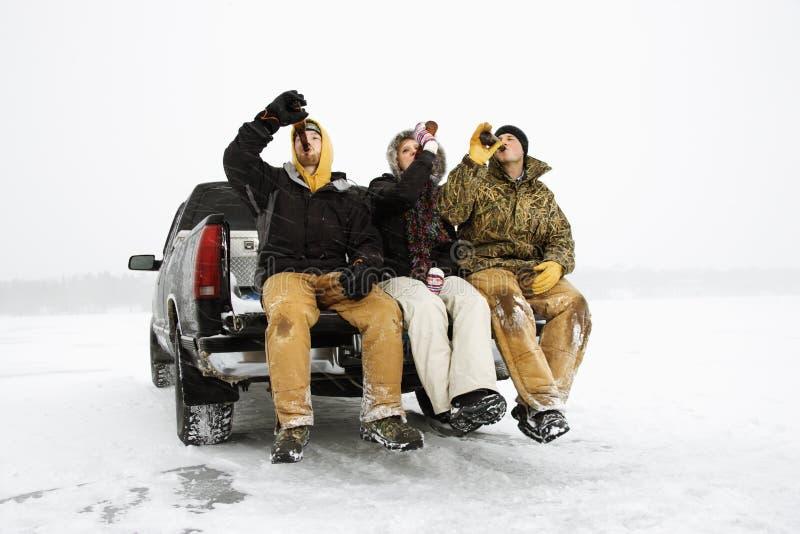 Drie Mensen die een Bier hebben stock foto
