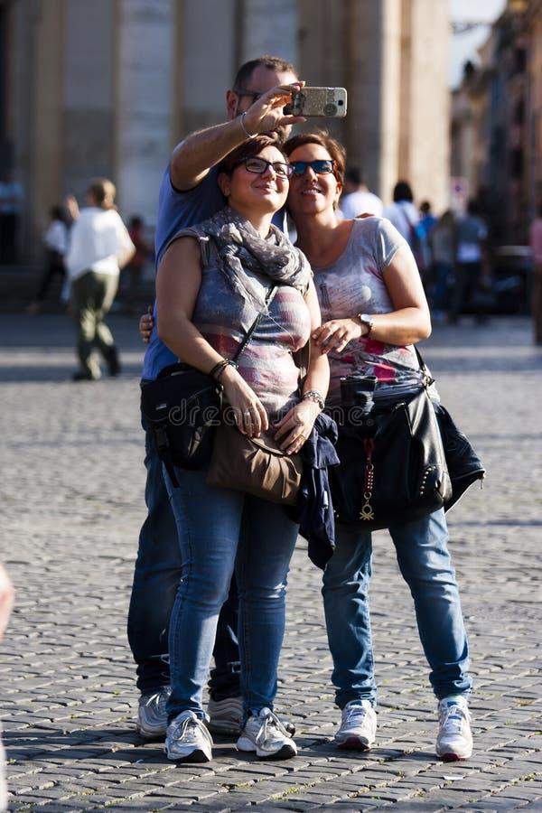 Drie mensen die selfie met smartphone doen royalty-vrije stock foto's