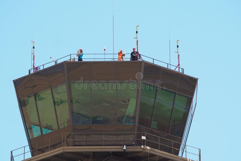 Drie mensen in een luchthaven controleren toren, lerida royalty-vrije stock afbeeldingen