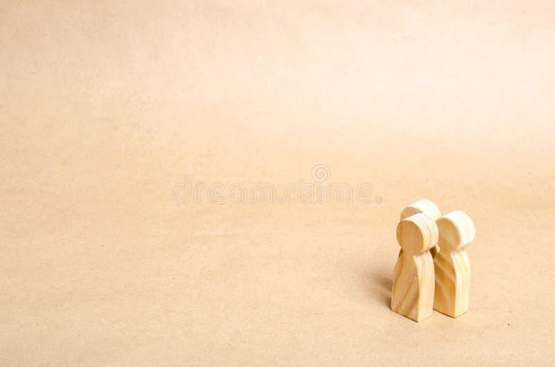 Drie mensen verenigen zich en spreken Drie houten cijfers van mensen leiden een gesprek Mededeling en mededeling royalty-vrije stock foto's