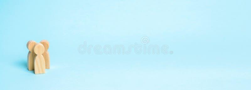 Drie mensen verenigen zich en spreken Drie houten cijfers van mensen leiden een gesprek met een blauwe achtergrond Mededeling royalty-vrije stock fotografie