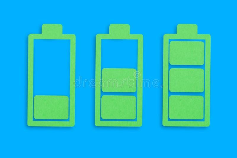 Drie met de hand gemaakte document pictogrammen van batterijen van laag aan hoogtepunt in centrum van blauwe lijst Hoogste mening stock illustratie