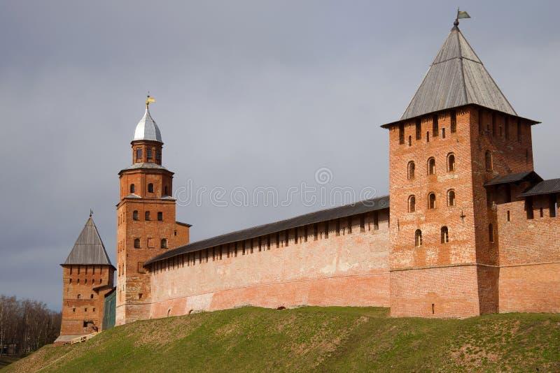 Drie middeleeuwse verdedigingstorens van het Kremlin van Veliky Novgorod, bewolkte April-dag Rusland royalty-vrije stock afbeelding