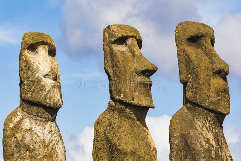Drie Moai-standbeelden op een rij stock fotografie