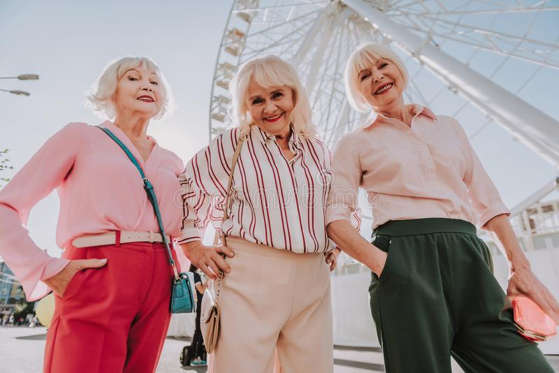 Drie moderne oma's stellen voor foto royalty-vrije stock foto's