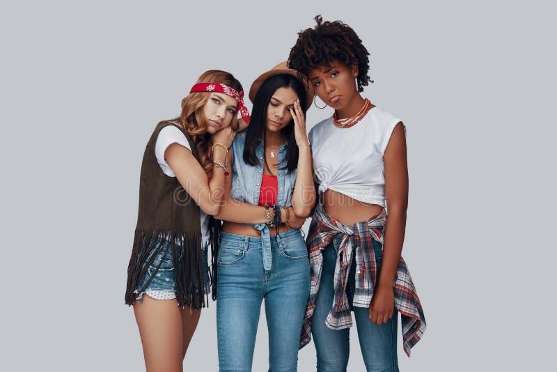 Drie modieuze jonge vrouwen stock foto's