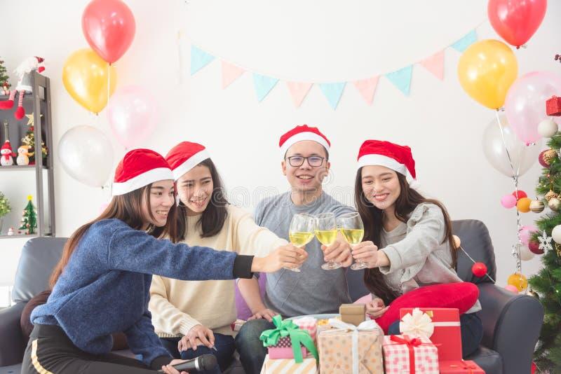 Drie mooie Aziatische meisjes en mens het vieren Kerstmis met wijn royalty-vrije stock afbeeldingen