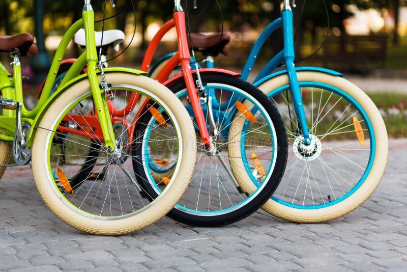 Drie mooie fietsen van de damestad stock afbeeldingen