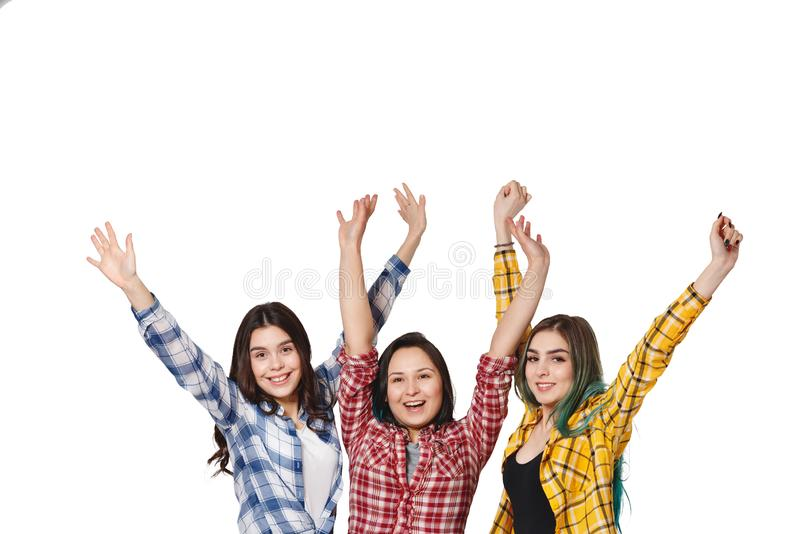 Drie mooie jonge meisjes met hun handen omhoog gelukkig Geïsoleerd op witte achtergrond met copyspace stock afbeelding