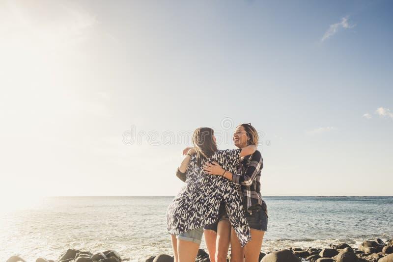 Drie Mooie lange haar jonge vrouwen in vakantie royalty-vrije stock foto's