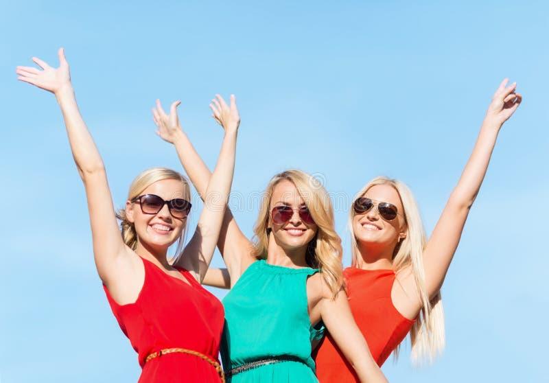 Drie mooie vrouwen in openlucht stock foto's