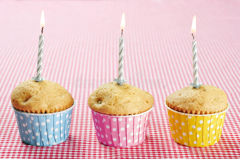 Drie muffins in kleurrijke muffin royalty-vrije stock foto's