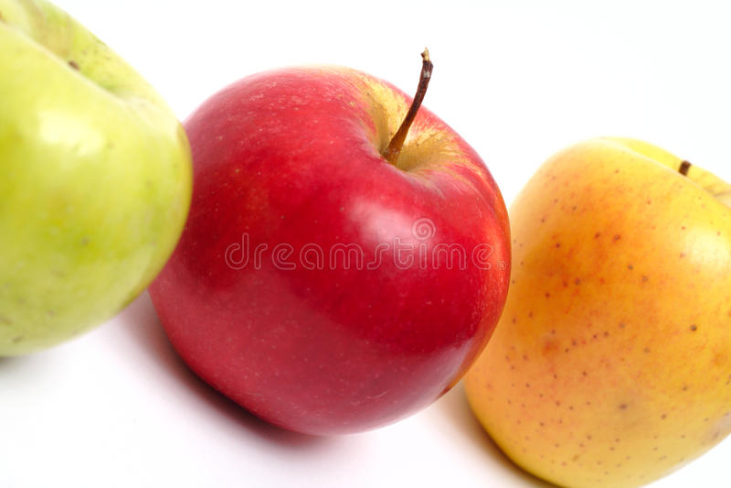 Drie multicolored appelen in een rij royalty-vrije stock fotografie