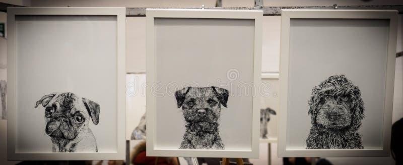 Drie ontworpen zwart-witte tekeningen van puppy stock afbeelding