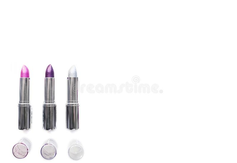 Drie open zilveren metaalbuizen van purpere lippenstiftroze en zilveren geïsoleerd op witte achtergrond partijmake-up en manierco stock afbeeldingen