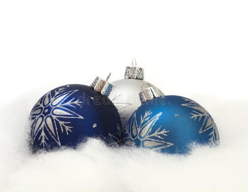 Drie Ornamenten in de Sneeuw stock afbeelding