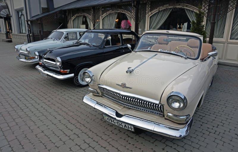 Drie oude klassieke sovjet retro auto's GAZ M21 Volga stock afbeeldingen