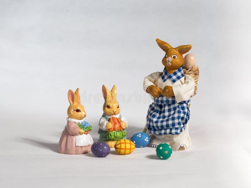 Drie Paashazen Moeder en kind ` s met mand en eieren royalty-vrije stock afbeeldingen
