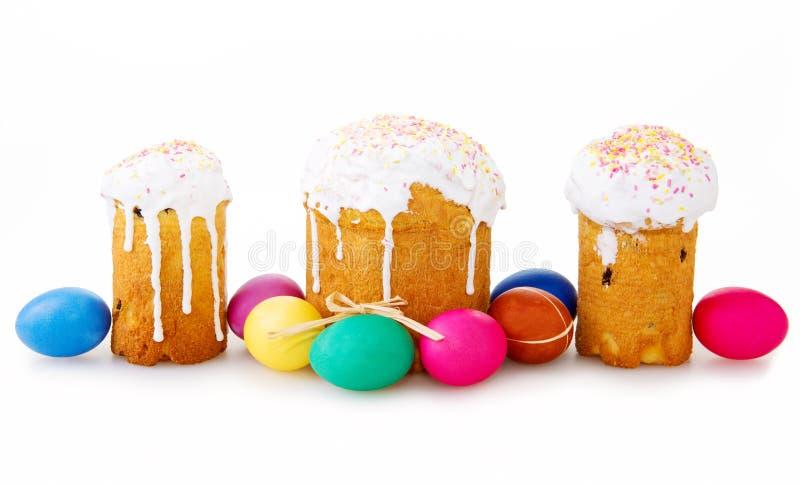Drie Pasen-cake en paaseieren op witte achtergrond royalty-vrije stock afbeelding