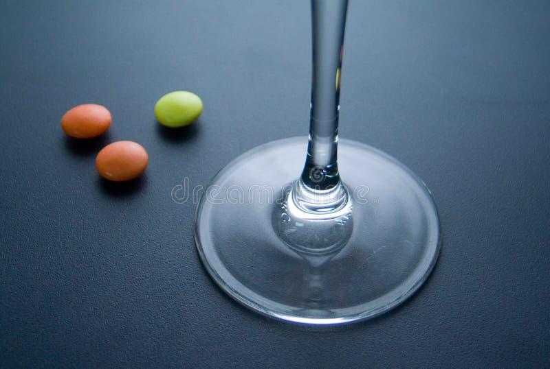 Drie pillen met glas stock fotografie