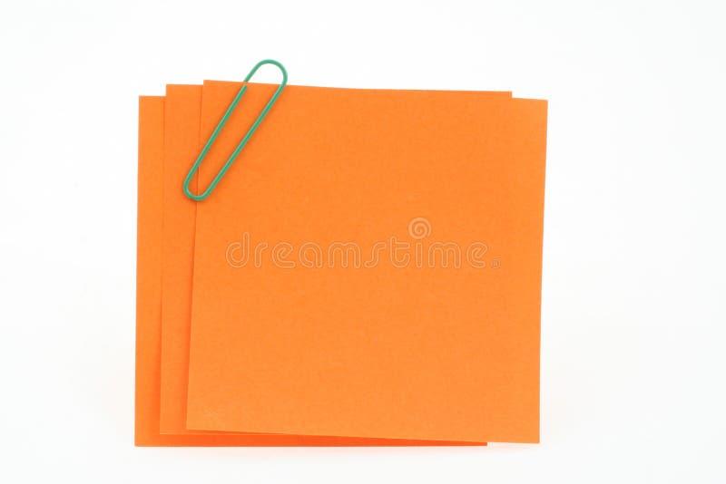 Drie post-itnota's met groene paperclip stock foto