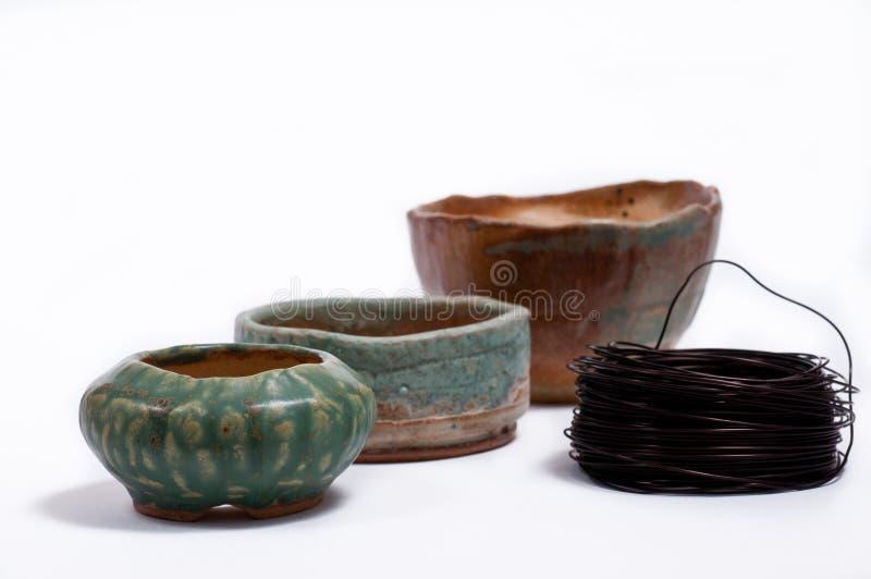 Drie potten van klei met koperdraad stock foto
