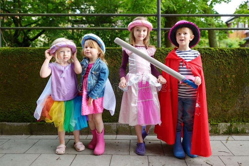 Drie prinsessen en een ridder die pret hebben in openlucht royalty-vrije stock afbeeldingen