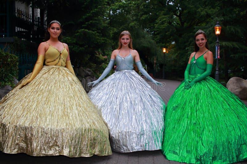 Drie prinsessen in 's nachts park royalty-vrije stock afbeeldingen