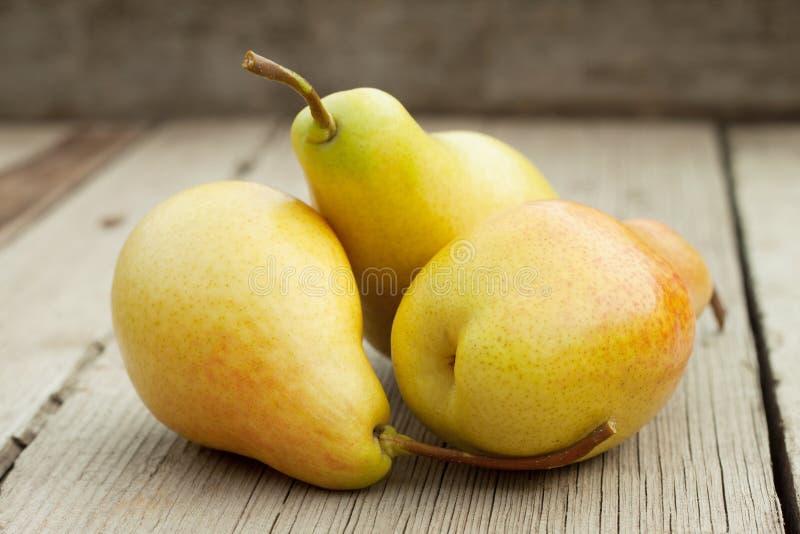 Drie rijpe gele peren stock fotografie