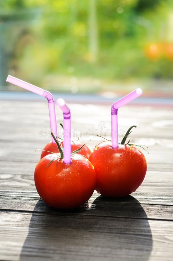 Drie Rijpe Rode Tomaten met Stro in hen royalty-vrije stock afbeelding